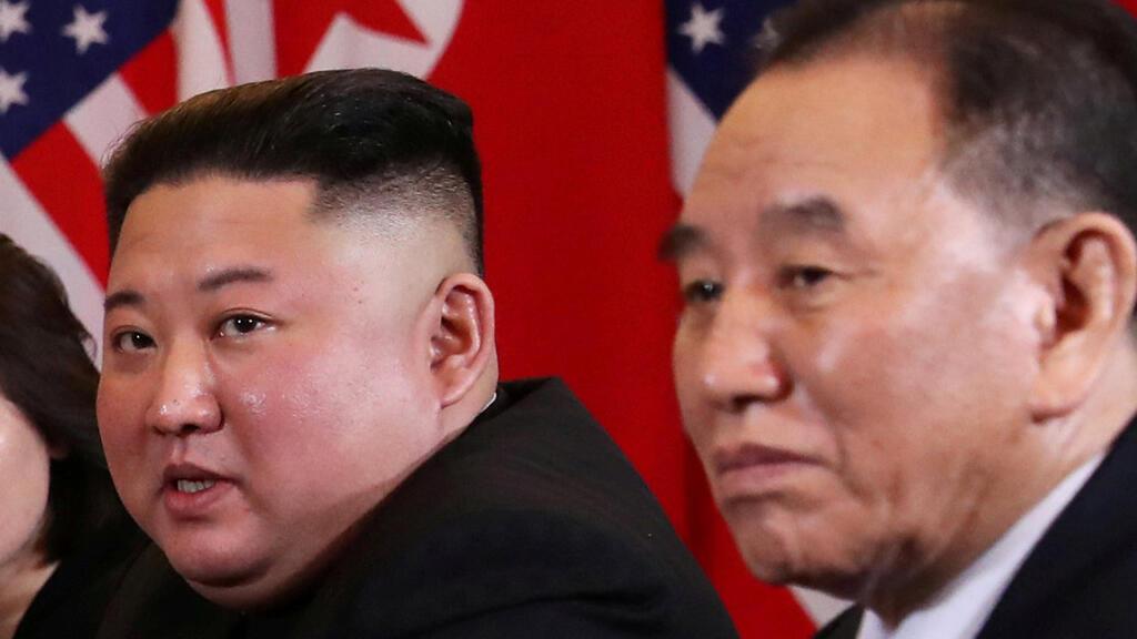 El líder de Corea del Norte, Kim Jong-Un junto a Kim Yong Chol durante una reunión el 28 de febrero de 2019 en Vietnam.