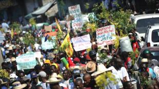 Des manifestations ont éclaté à Port-au-Prince le 12 décembre, réclamant le départ de Martelly et Lamothe.
