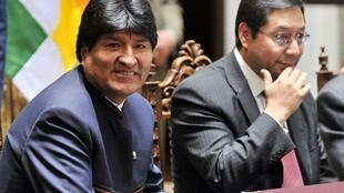 Bolivian president Evo Morales (L) and Economy Minister Luis Arce Catacora  during a ceremony at the Palacio Quemado presidential palace in La Paz to launch USD 500 million in bonds on October 23, 2012.