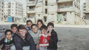 """Pierre Le Corf, à Alep en Syrie, avec des enfants Syriens : """"Je les appelle les invincibles, on leur a volé leur enfance."""""""