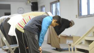 مجموعة شباب يؤدون الصلاة قبل التوجه إلى الجهاد في 30 آذار/ مارس