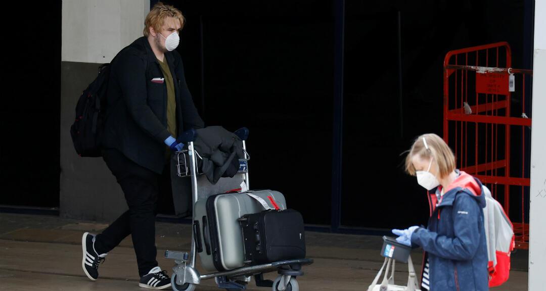 Pasajeros llegan al aeropuerto de Manchester después del brote de coronavirus. Reino Unido, 10 de mayo de 2020.