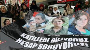 Des manifestants turcs à Ankara demandent la condamnation des coupables du meurtre à Paris de trois militantes du PKK, 10 janvier 2015.