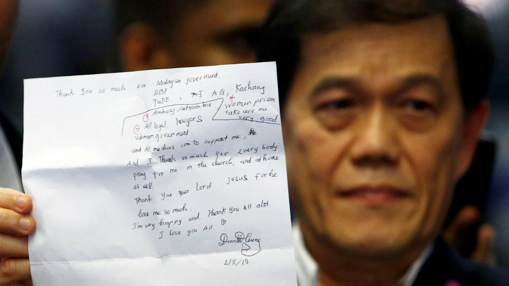 El abogado vietnamita de Doan Thi Huong, Hisyam Teh Poh Teik, muestra una carta escrita por Doan durante una rueda  de prensa en el Aeropuerto Internacional de Kuala Lumpur en Sepang, Malasia, el 3 de mayo de 2019.