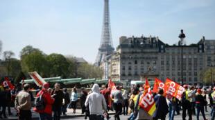 Plus de 300 000 personnes ont défilé en France, selon les syndicats, pour contester la politique d'austérité menée par le gouvernement Valls.