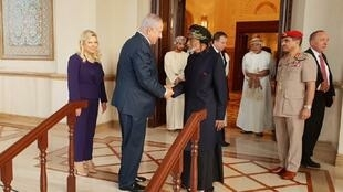 السلطان قابوس بن سعيد مستقبلا رئيس الوزراء الإسرائيلي بنيامين نتانياهو