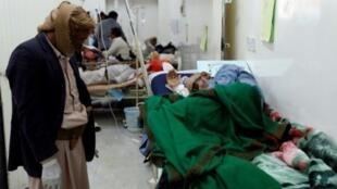 Un homme suspecté d'être atteint du choléra est soigné dans un hôpital de Sanaa, le 12 mai 2017.