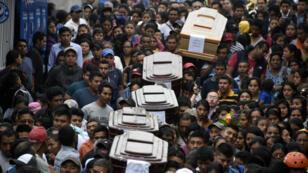 Procession funéraire dans les rues d'Alotenango, à environ 65 km au sud-ouest de la capitale Guatemala. Chaque cercueil porte une feuille avec la mention du nom et de l'âge de la personne décédée.