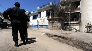 شرطيون أمام مركز للشرطة في تيزي وزو شرق الجزائر في 14 آب/اغسطس 2011