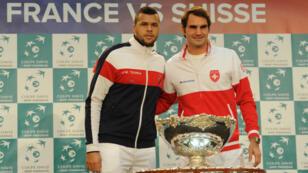 Tsonga et Federer posent ensemble avec la Coupe Davis lors du tirage au sort, jeudi 20 novembre.