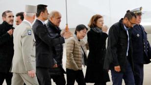 El ministro de Relaciones Exteriores francés, Jean-Yves Le Drian, y la ministra de Defensa francesa, Florence Parly, mientras caminaban junto a los rehenes franceses liberados, Patrick Picque y Laurent Lassimouillas, y un rehén surcoreano a su llegada a un aeropuerto militar en Vélizy-Villacoublay, Francia, el 11 de mayo de 2019.