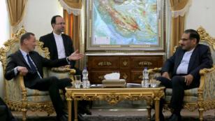 Le conseiller diplomatique du président français, Emmanuel Bonne (à gauche), a été reçu par Ali Shamkhani (à droite), secrétaire du Conseil suprême de la sécurité nationale iranien, à Téhéran, le 10juillet2019.