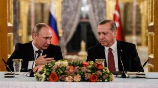 Le président russe, Vladimir Poutine, et le président turc, Recep Tayyip Erdogan, le 10 octobre 2016, à Istanbul, en Turquie.
