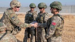 تصافح بين القوات الأمريكية والقوات التركية داخل منطقة الآمنة، شمال شرق سوريا، 4 أكتوبر/تشرين الأول 2019.