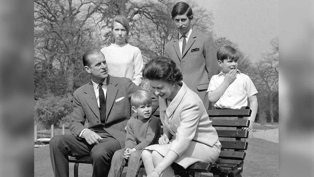La familia real en los jardines de Frogmore House en 1968. De izquierda a derecha: el duque de Edimburgo, la princesa Ana, el príncipe Eduardo, la reina, el príncipe Carlos y el príncipe Andrés.