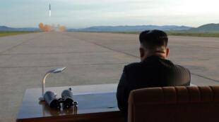 Sur une image non-datée mais diffusée par le régime nord-coréen le 16 septembre 2017, Kim Jung-Un observe le lancement d'un missile.