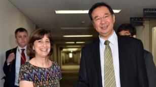 La représentante américaine pour le TPP, Wendy Cutler, avec son homologue japonais Hiroshi Oe à Tokyo, en juillet 2015.