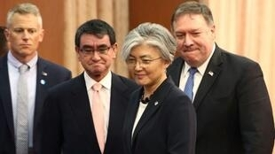 وزير الخارجية الأمريكي مايك بومبيو (يمين) مع نظيريه الياباني تارو كونو والكورية الجنوبية كانغ كيونغ-وا