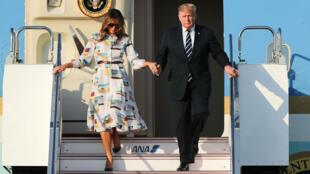El presidente de Estados Unidos, Donald Trump y la primera dama Melania Trump desembarcan del Air Force One al llegar al aeropuerto internacional de Haneda, en Tokio, el 25 de mayo de 2019.