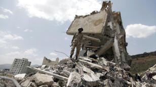 Un soldat se tient sur les ruines d'une maison de Sanaa, la capitale du Yémen, le 26 août 2017.