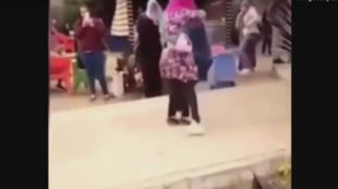 الشاب يعانق الفتاة