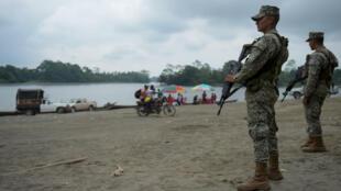 Infantes de marina de Colombia vigilan el río Mira en Imbili, municipio de Tumaco, en el departamento colombiano de Nariño, cerca de la frontera con Ecuador, el 15 de abril de 2018.