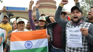 هنود يحملون الأعلام خلال تجمع عند نقطة واغا الحدودية في انتظار وصول الطيار الهندي المحتجز في باكستان، 1 مارس/آذار 2019
