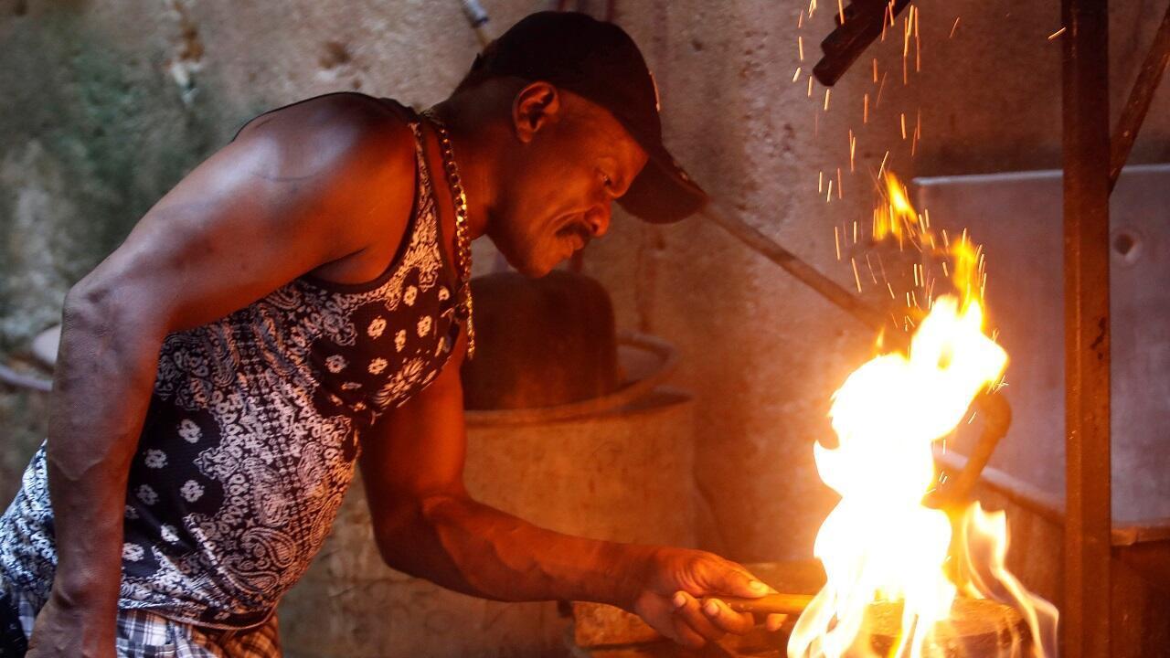 Luis García, 59 años, limpia calderos en La Habana, Cuba
