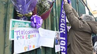 Des supporters de la Fiorentina rendent hommage à leur capitaine décédé.