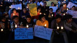 morer laÀ Bangalore, des manifestants font une veillée pour commé catastrophe de Bhopal, le 2 décembre 2014.