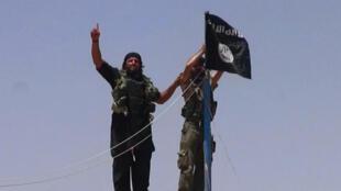 Des jihadistes de l'organisation État islamique à la frontière entre l'Irak et la Syrie.