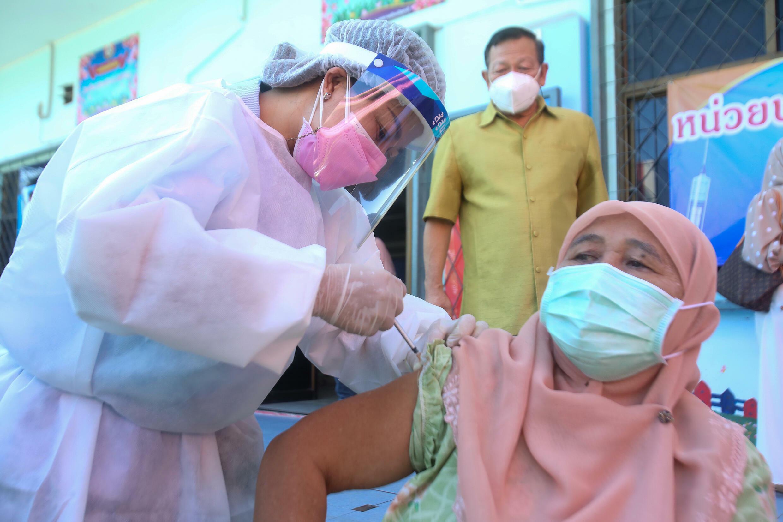 Mujer recibe dosis de la vacuna AstraZeneca Covid-19 en Pattani, Tailandia, 10 de agosto de 2021