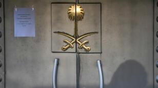 L'ombre d'un officier de sécurité sur la porte du consulat saoudien à Istanbul, le 29 octobre 2018.