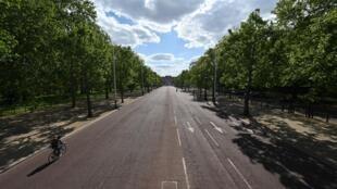 Un ciclista recorre The Mall, en el centro de Londres, el 12 de mayo de 2020