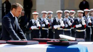 El presidente francés Emmanuel Macron rinde homenaje a Cédric de Pierrepont y Alain Bertoncello, soldados fallecidos en Burkina Faso, en Los Inválidos, París, Francia, el 14 de mayo de 2019.