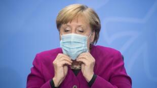 المستشارة الألمانية أنغيلا ميركل تضع قناعا في 14 تشرين الأول/أكتوبر 2020 في برلين