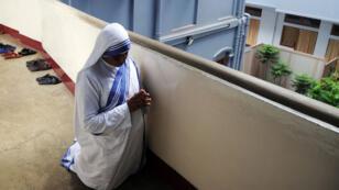 Une religieuse indienne prenant part aux commémorations de l'anniversaire de Mère Teresa à Calcutta en août  2014.