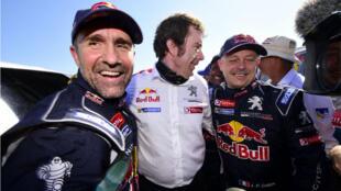 Stéphane Peterhansel fête sa 12e victoire au Dakar avec son co-équipier français Jean Paul Cottret.