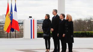 El rey Felipe VI de España y la reina Letizia de España, el presidente francés Emmanuel Macron y su esposa Brigitte asisten a una ceremonia para honrar a las víctimas del terrorismo, el 11 de marzo de 2020 en la Esplanade du Trocadero en París.