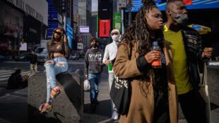 La gente camina en Times Square, Nueva York, 27 de abril de 2021