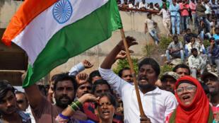 حشد من الناس تجمع في الموقع الذي قتلت فيه الشرطة 4 مشتبه بهم باغتصاب فتاة - الهند. 10/12/2019