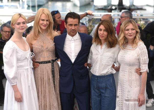 La réalisatrice Sofia Coppola (deuxième en partant de la droite) et ses proies Elle Fanning, Nicole Kidman, Colin Farrell, et Kirsten Dunst.