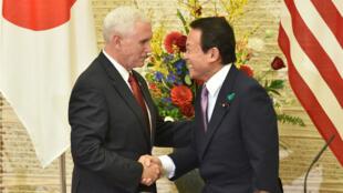 Le vice-président américain Mike Pence et le ministre des Finances japonais Taro Aso à Tokyo, le 18 avril 2017.