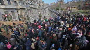 Des civils, encadrés par l'armée, fuient Alep-Est, le 8 décembre 2016.