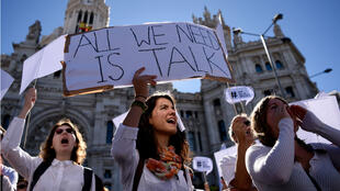 """Protesters attend a demonstration called by the """"Let's talk"""" (Parlem, Hablemos) association for dialogue in Catalonia in October 07, 2017 at Cibeles square in Madrid."""