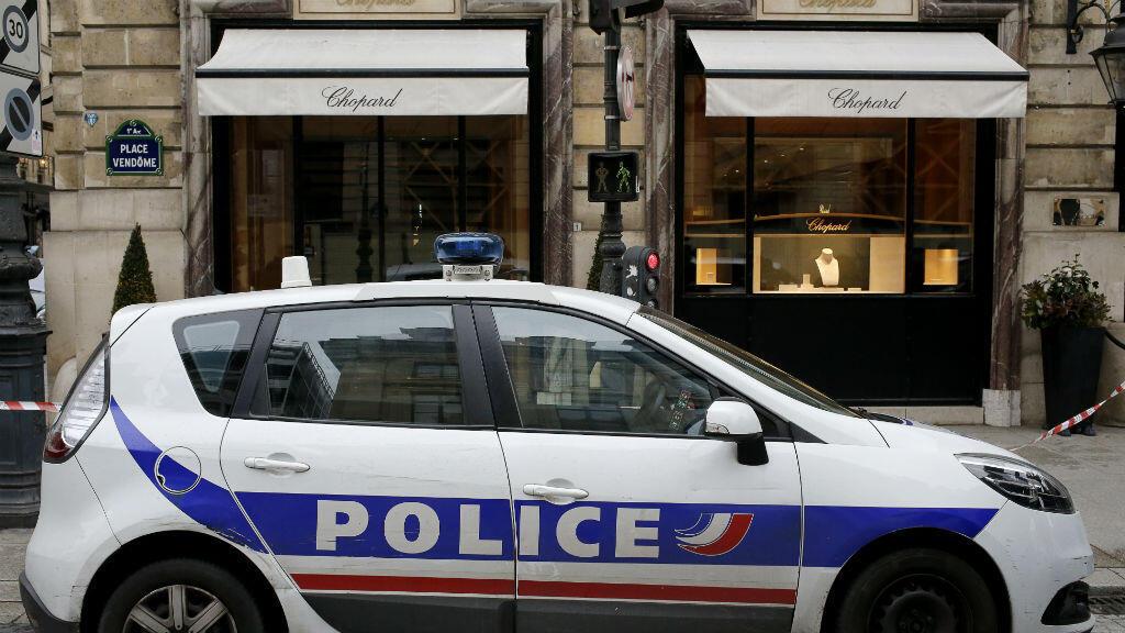 Une voiture de police postée devant la bijouterie Chopard, dévalisée le 1er mars 2016, place Vendôme.