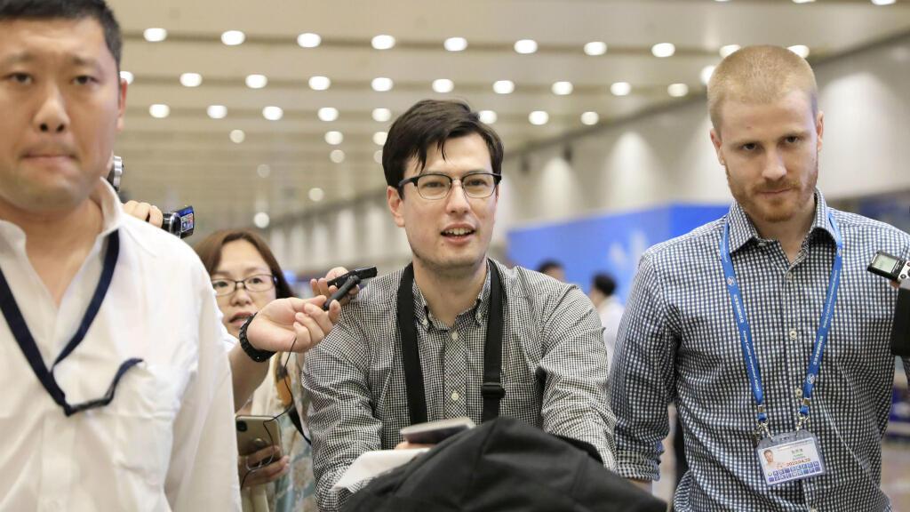 El estudiante australiano Alek Sigley, de 29 años, quien se encontraba detenido en Corea del Norte, llega al Aeropuerto Internacional de Beijing en China, el 4 de julio de 2019.