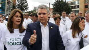 El presidente de Colombia, Iván Duque, da su aprobación, mientras participa en una marcha contra el atentado en Bogotá y contra el terrorismo, con su esposa María Juliana Ruiz y la vicepresidenta colombiana Marta Lucía Ramírez.