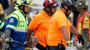 Rescatistas cargan un cuerpo tras el colapso de una construcción en Monterrey, México, el 11 de octubre de 2018