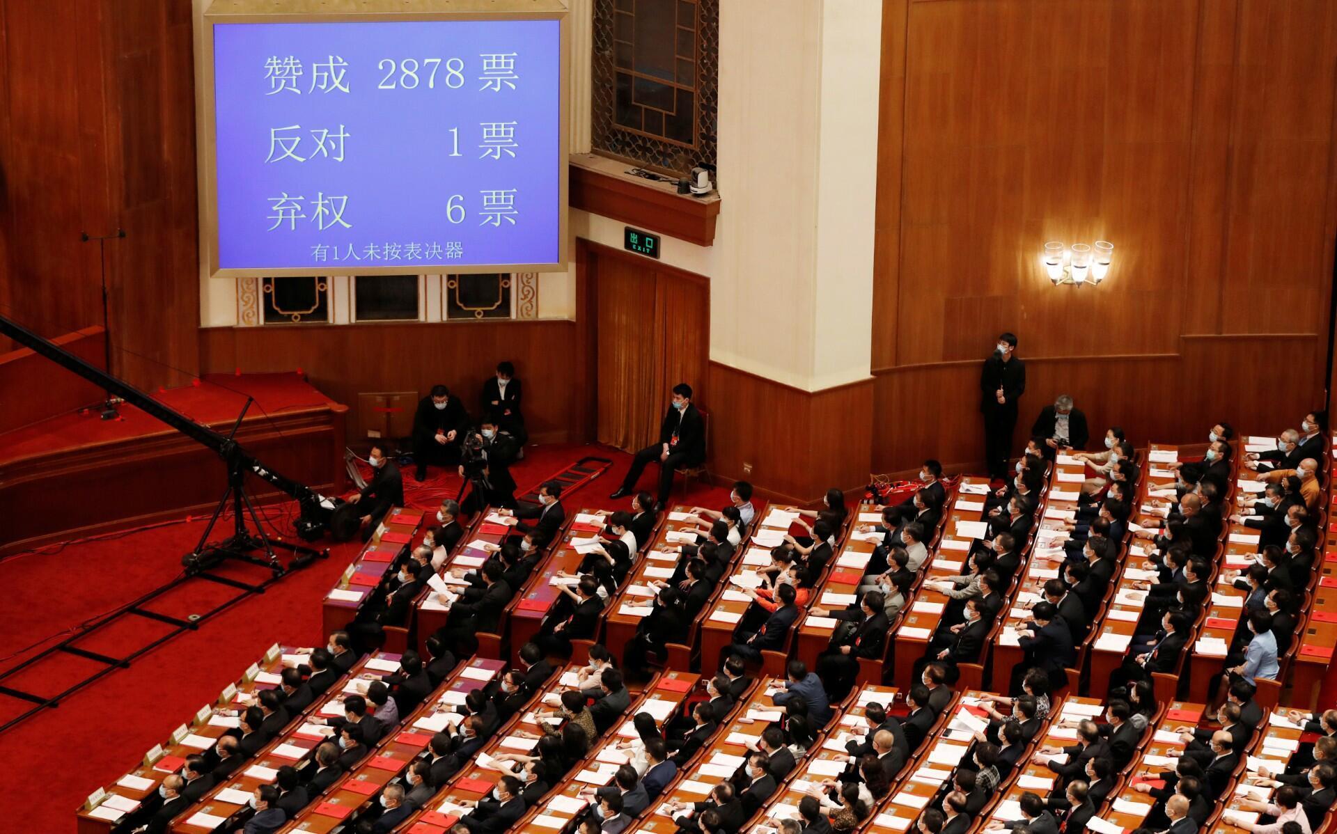 Una pantalla muestra los resultados de la votación en el Gran Salón del Pueblo en Beijing, China, el 28 de mayo de 2020.